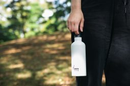 シンプルで保温力抜群の水筒「LAKEN THERM」<br>ペットボトルにはない安心感